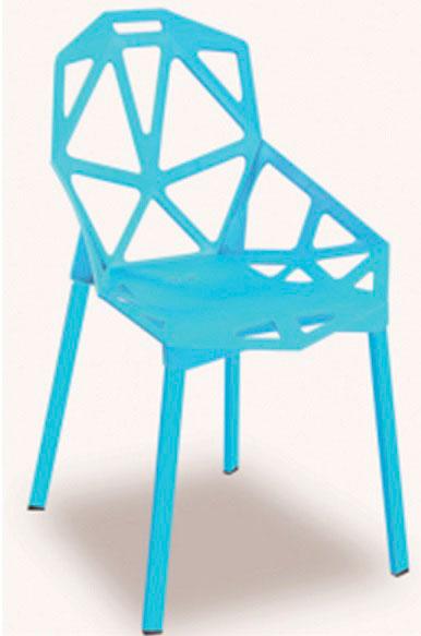 Silla en pl stico color azul claro con espaldar en dise o de reja sus patas delgadas expos - Sillas plastico diseno ...