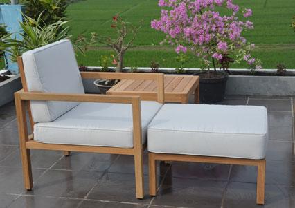 silln descansador para exteriores con extensin hecho en madera con dos cojines blancos